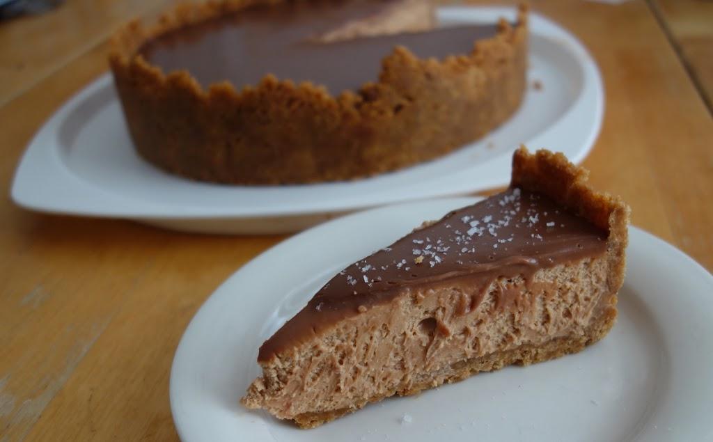 Makeansuolainen maapähkinävoi-juustokakku suklaalla