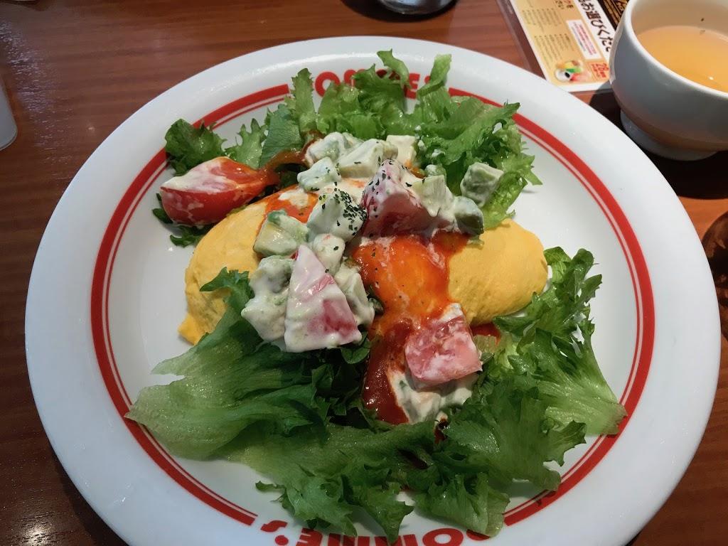 Omurice basilika-riisillä, tomaattikastikkeella ja avokado-salaatilla